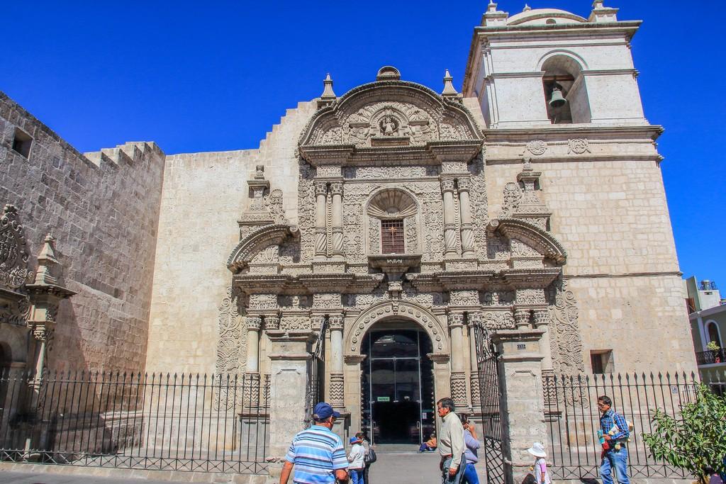 facciata bianca di una chiesa con persone