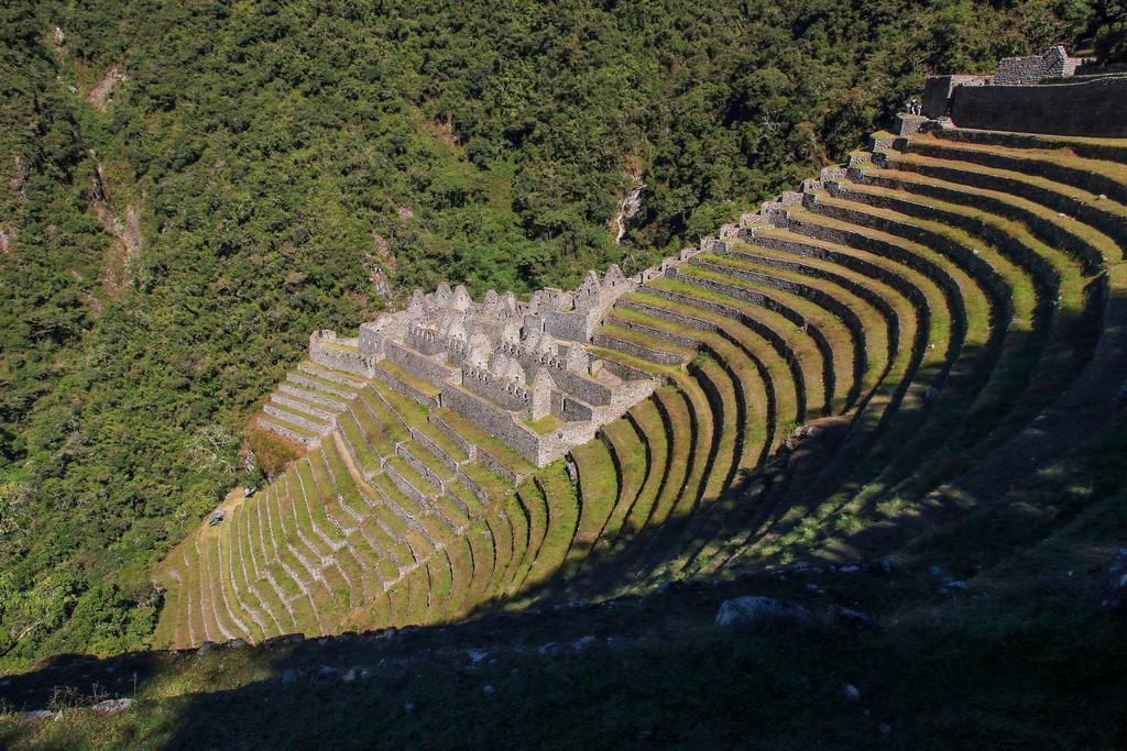 Guida al Camino Inca di 2 giorni terrazzamenti sul costone della montagna con rovine