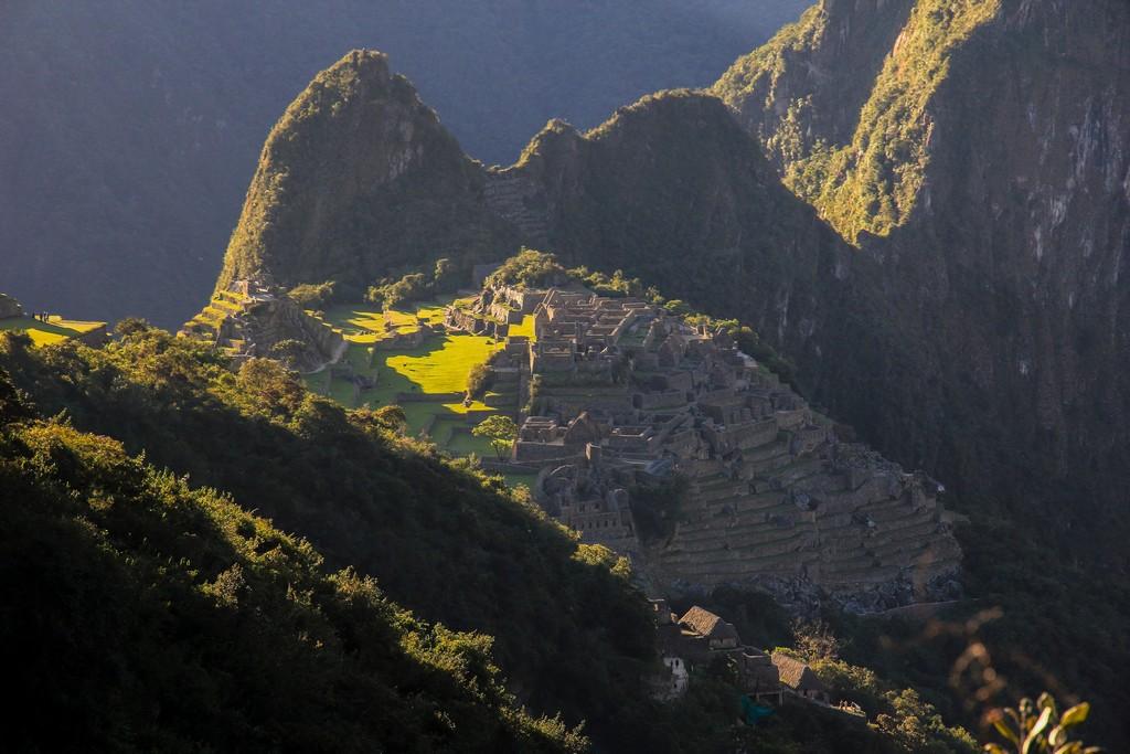 Guida al Camino Inca di 2 giorni Machu Picchu alla luce radente del tramonto dalla parte finale del Camino Inca