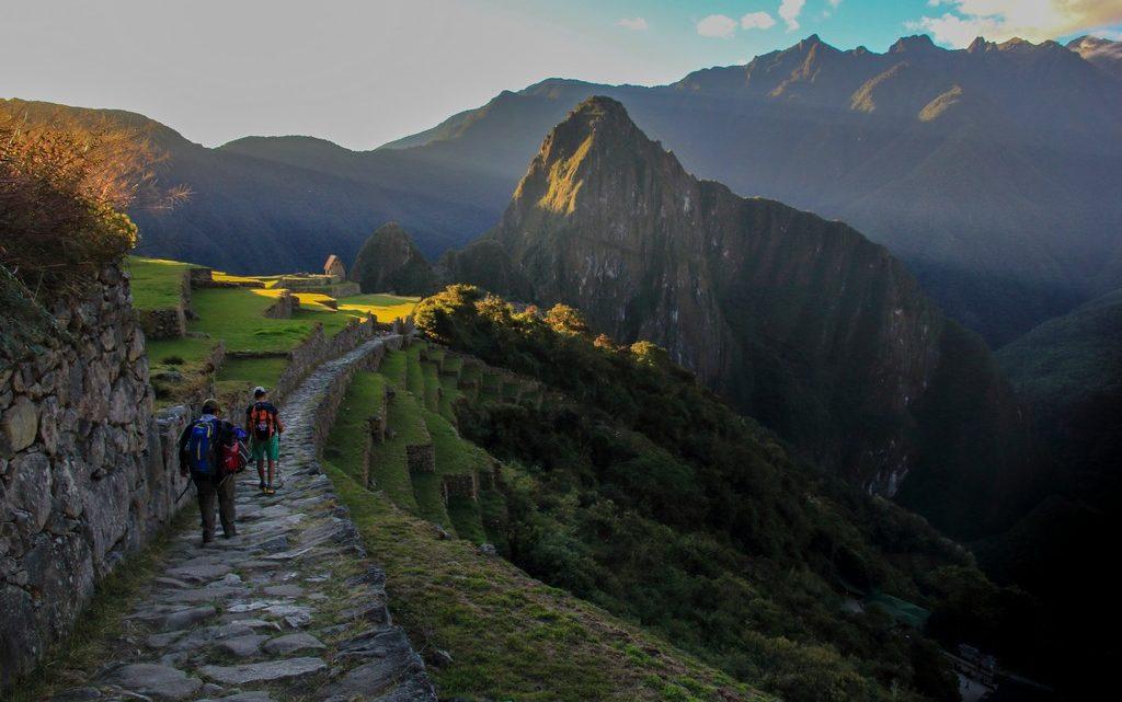Discesa finale da Inti Punku verso Machu Picchu al tramonto