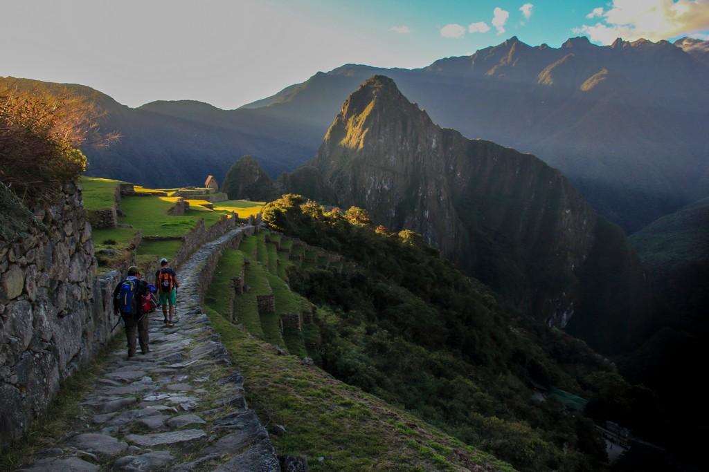 Itinerario in Perù in 2 settimane Discesa finale da Inti Punku verso Machu Picchu al tramonto