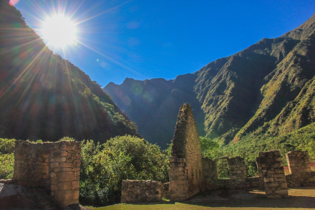 sole alto sulle rovine nella vallata