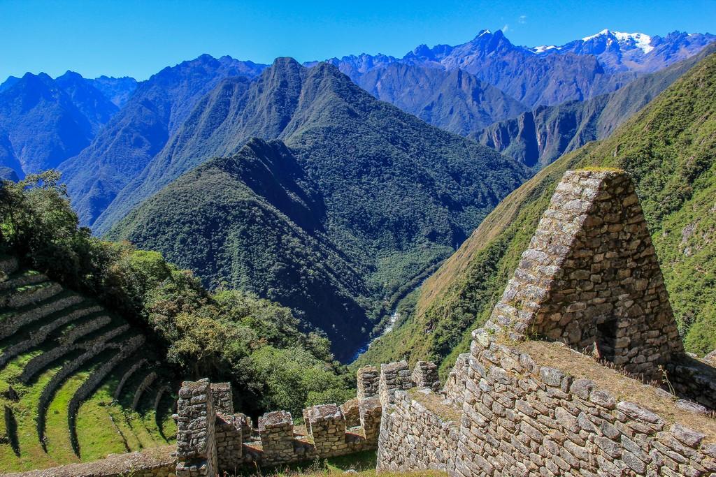 Guida al Camino Inca di 2 giorni vista delle rovine fra le montagne verdeggianti