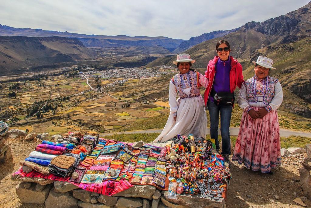 Itinerario in Perù in 2 settimane Bancarelle con vista su Chivay in lontananza