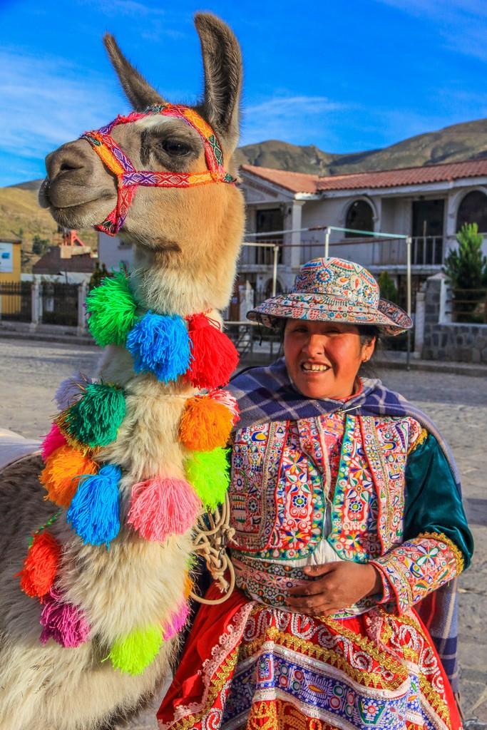 signora con con Lama (dicono che non sputa)