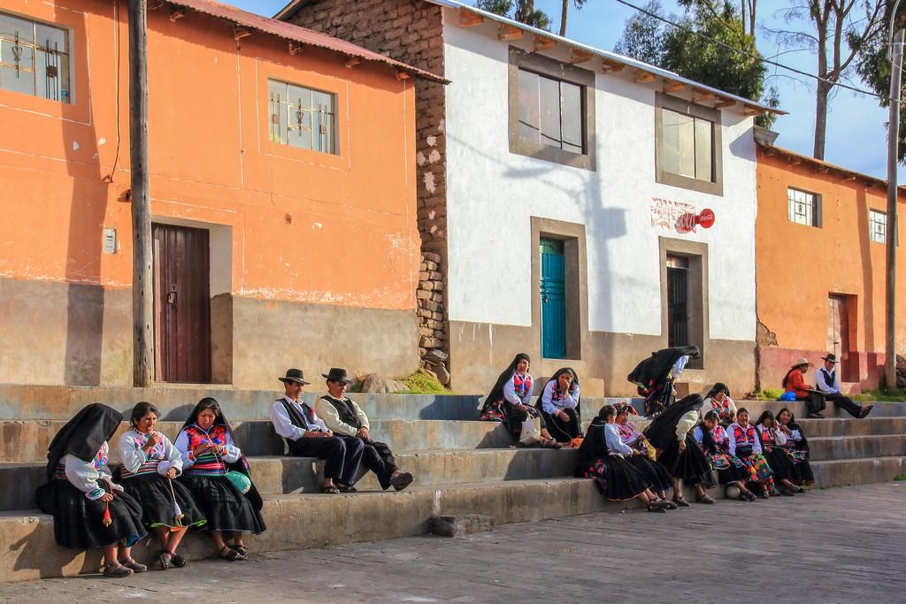 donne sedute sulla scalinata