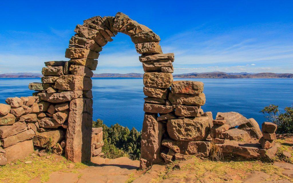 come visitare amantani e taquile arco di pietra