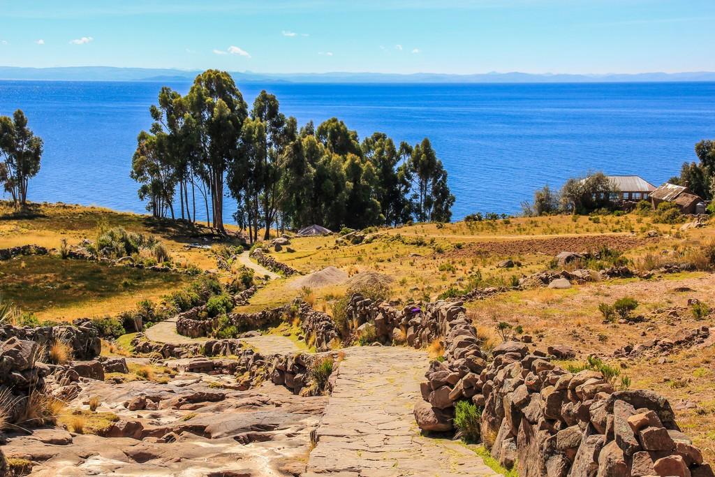 come visitare Amantaní e Taquile Le stradine di Taquile e il panorama sul lago Titicaca