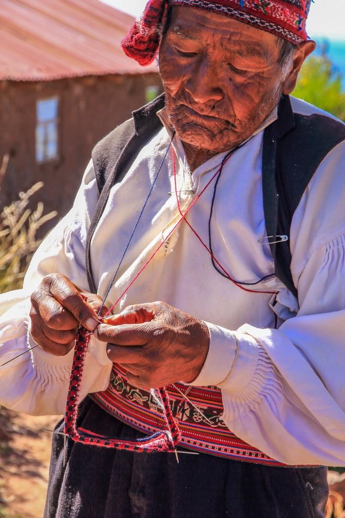 come visitare Amantaní e Taquile Un uomo intento a lavorare a maglia, attività tipica dell'isola.