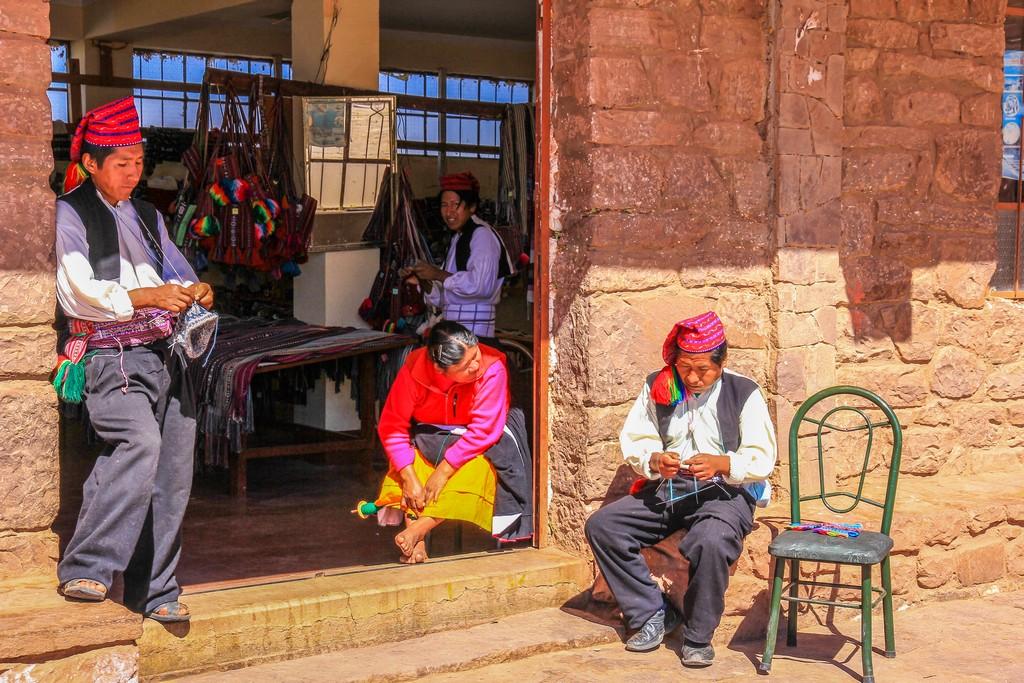 """Uomini che lavorano a maglia all'ingresso del negozio """"Tejidos de Hombres"""""""