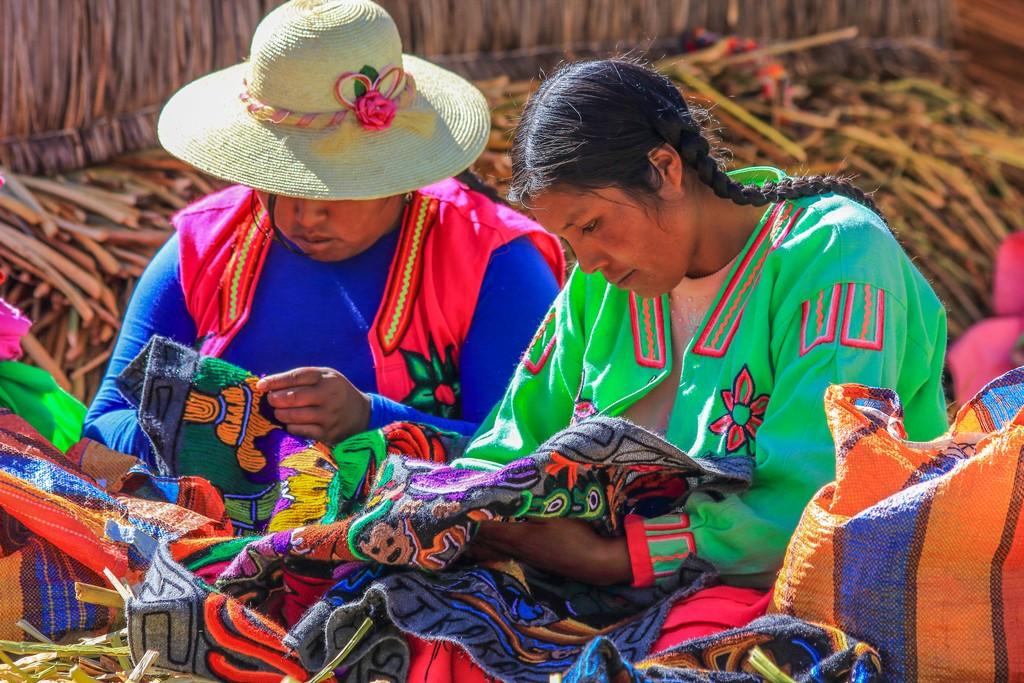 come visitare Amantaní e Taquile Donne Uros al lavoro, il ricamo è parte della loro tradizione culturale
