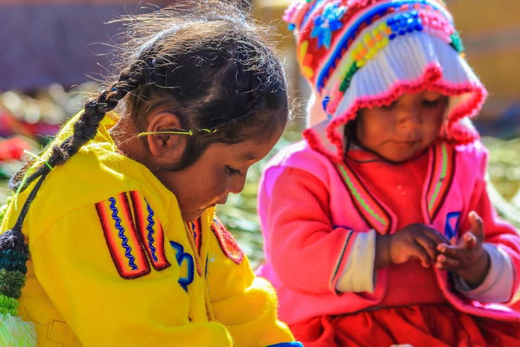 bambine in abiti colorati