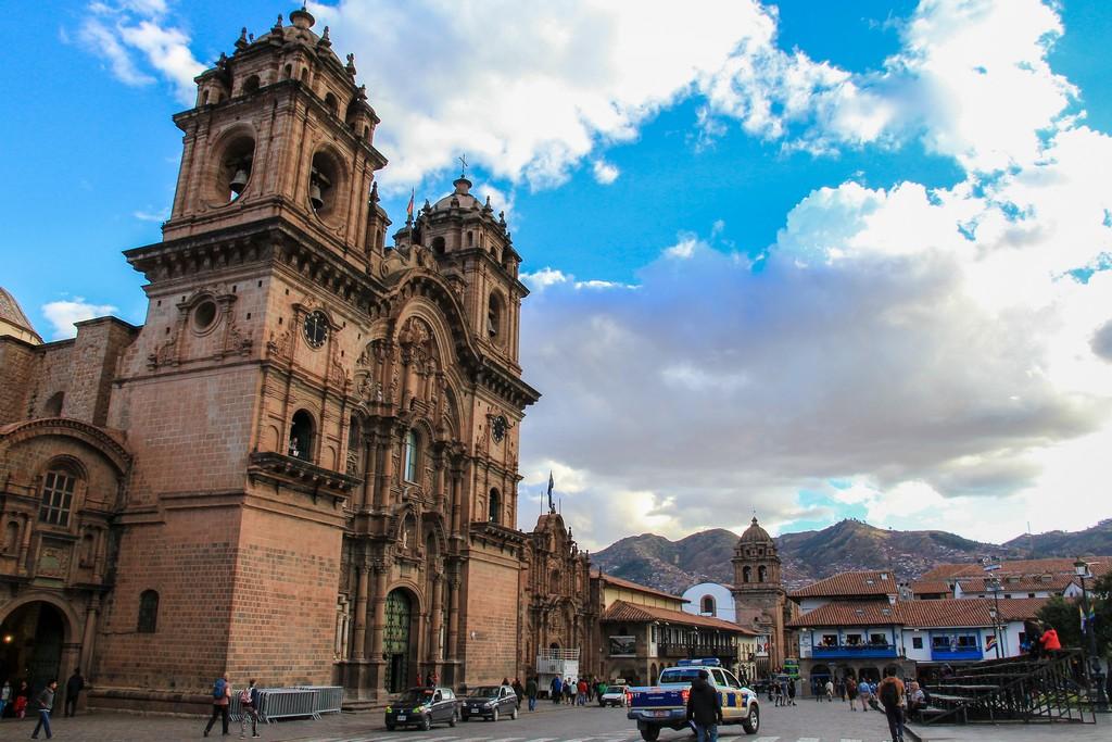 cattedrale di Cusco con nuvole e cielo azzurro