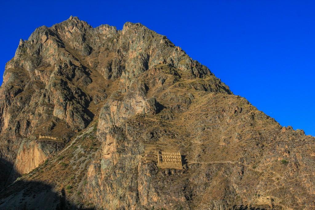 vista del fianco della montagna con rovine