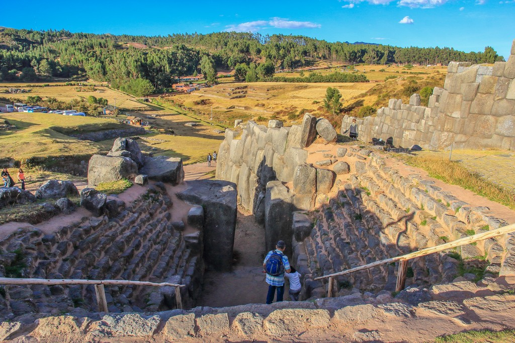 Cosa vedere nei dintorni di Cusco Altro ingresso alle mura con vallata verde
