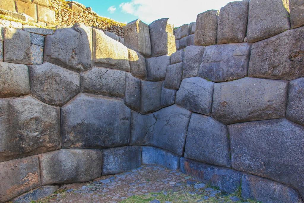 muro ad angolo con pietre incastrate