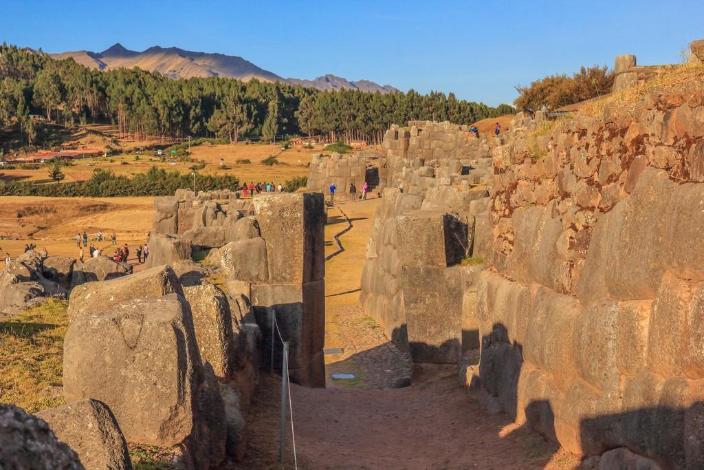passaggio nelle mura con vista su vallata verde e montagna