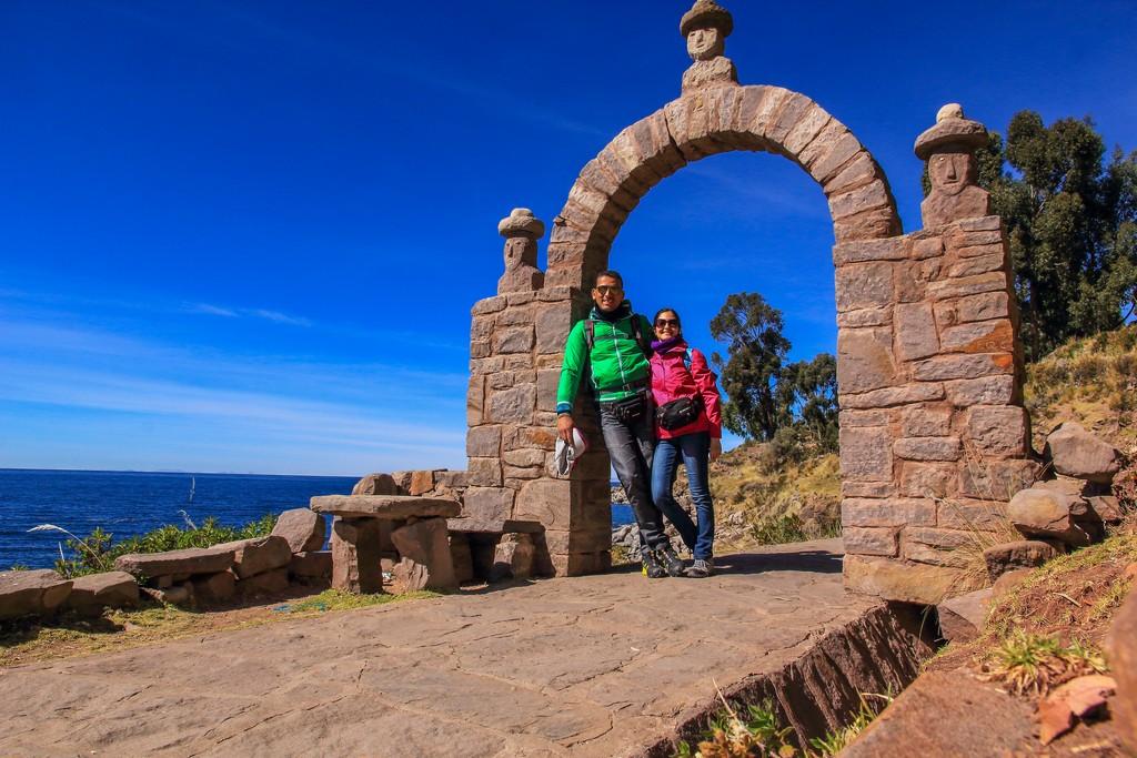 come visitare Amantaní e Taquile coppia sotto un arco di pietra