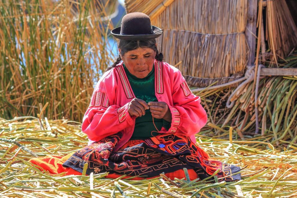 come visitare Amantaní e Taquile Donna Uros al lavoro, il ricamo è parte della loro tradizione culturale