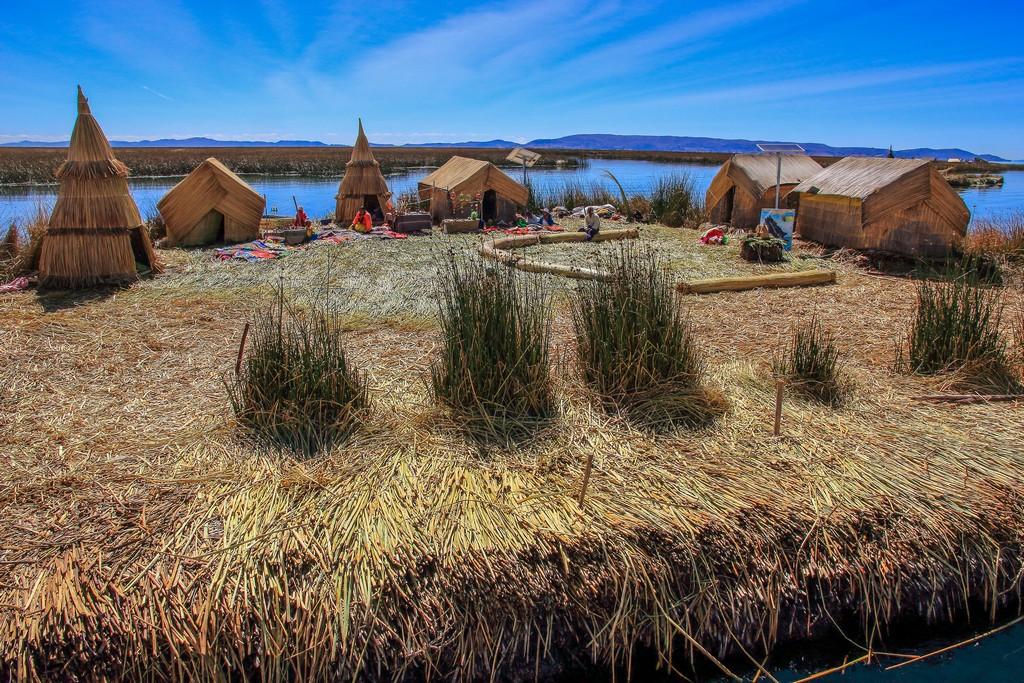 Itinerario in Perù in 2 settimane isola artificiale costruita con canne e bungalow
