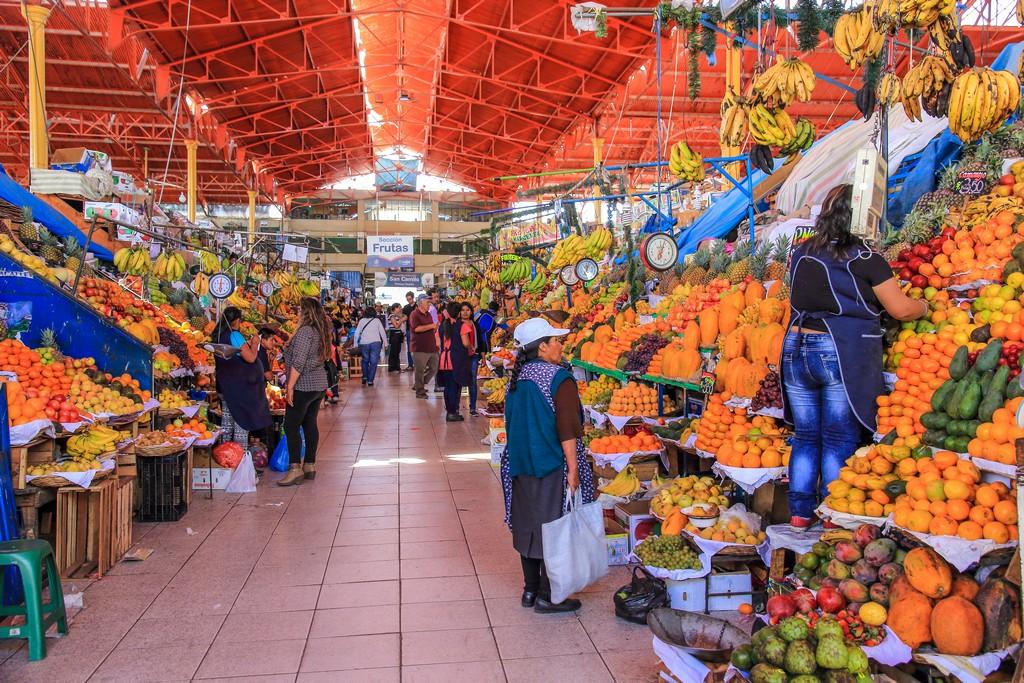 Guida ad Arequipa Bancarelle di frutta colorata di tutti i tipi
