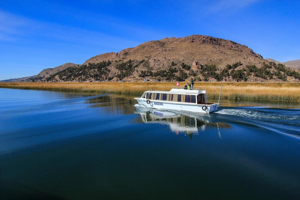 Le placide acque del Lago Titicaca