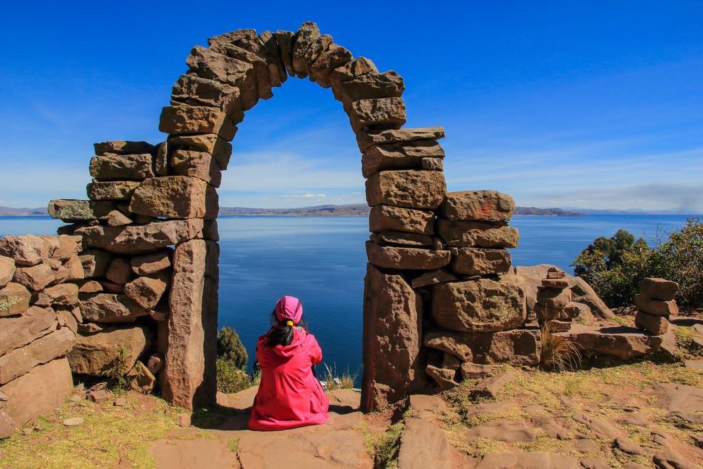 donna sotto arco di pietra