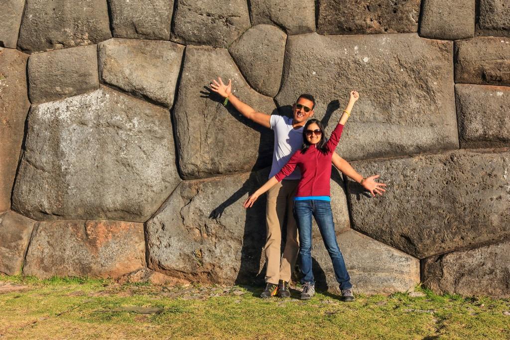 coppia davanti I muri di pietre incastrate di Sacsayhuaman - sono enormi