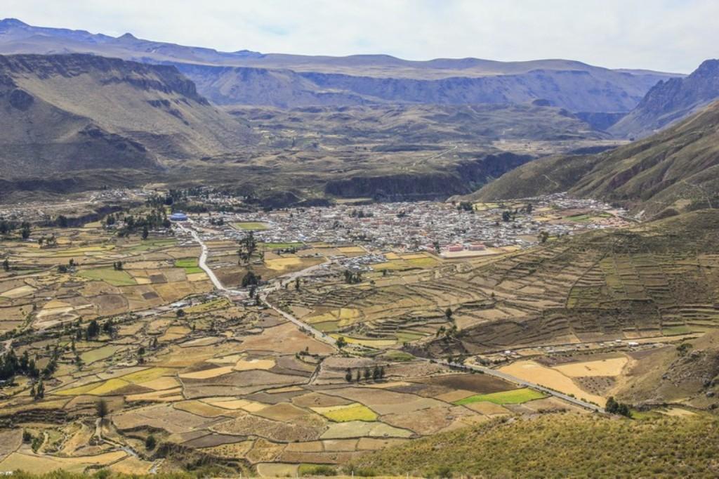 Il villaggio di Chivay dalla strada proveniente dal Paso de Patopampa
