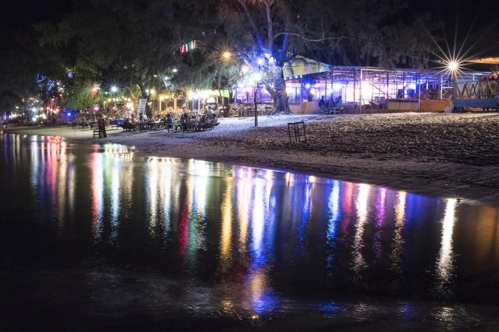 luci serali riflesse sulla spiaggia