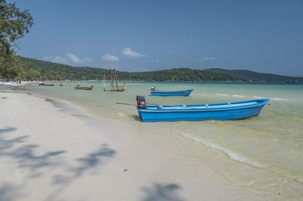 Guida a Koh Rong Samloem spiaggia con barca azzurra