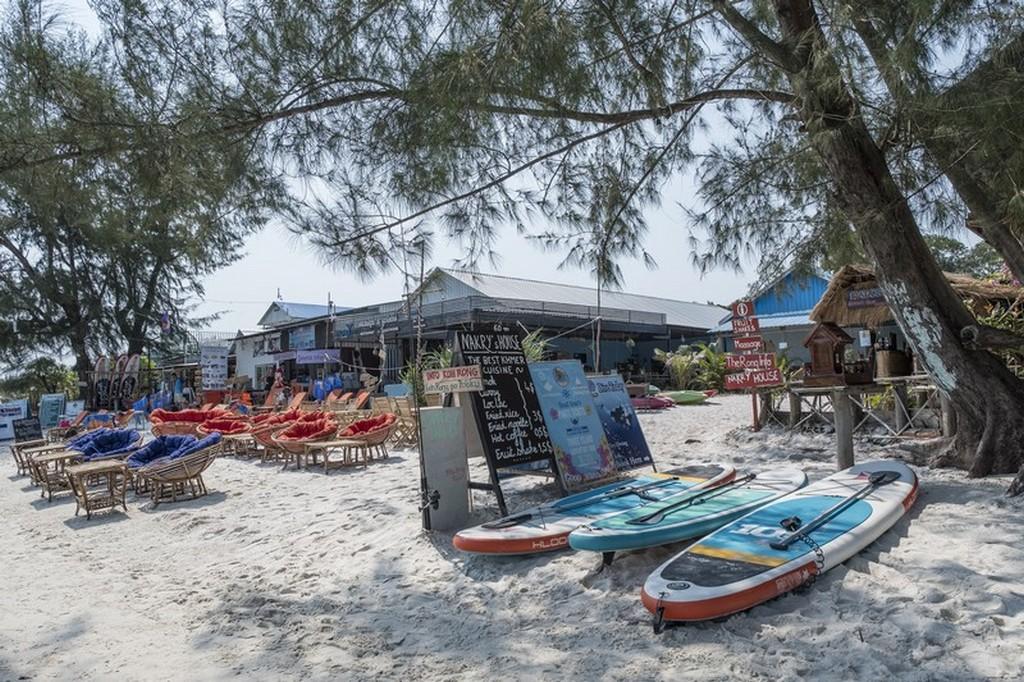 spiaggia attrezzata con kayak