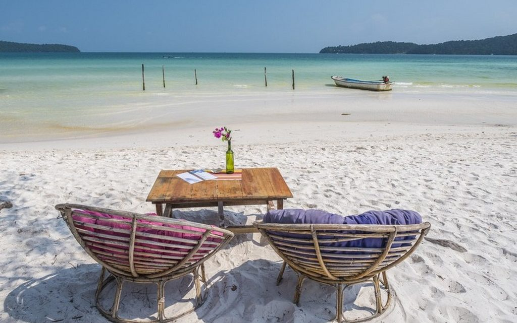 guida a Koh Rong Samloem divanetti e tavolino fronte mare