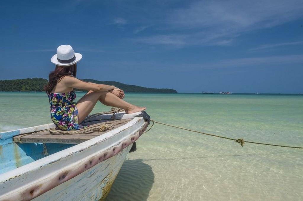 10 cose da fare a Koh Rong Samloem ragazza guarda il mare da una barca