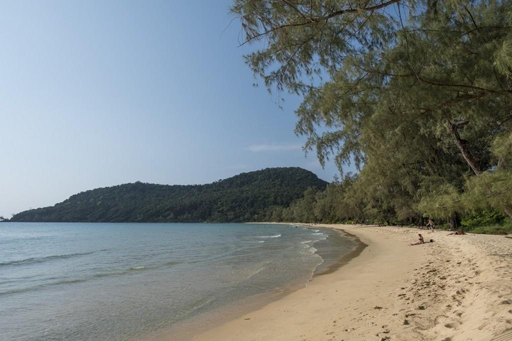 Guida a Koh Rong Samloem spiaggia con montagne e alberi