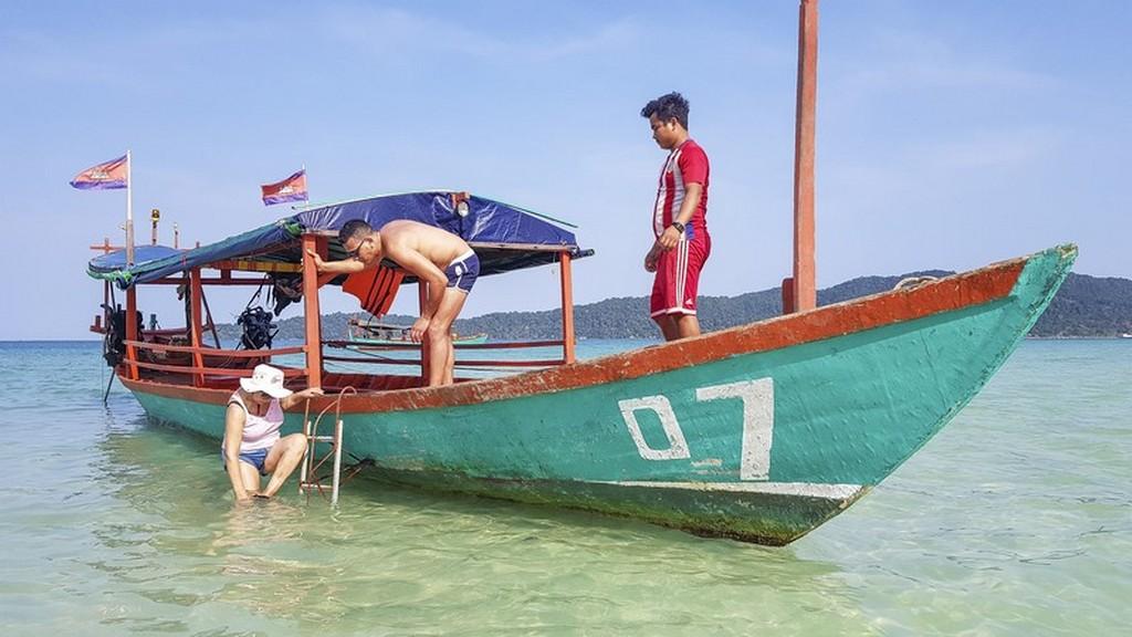 barca cambogiana con persone che salgono