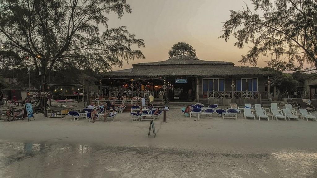 Dove dormire a Koh Rong Samloem La spiaggia davanti al Sara Resort durante la bassa marea.