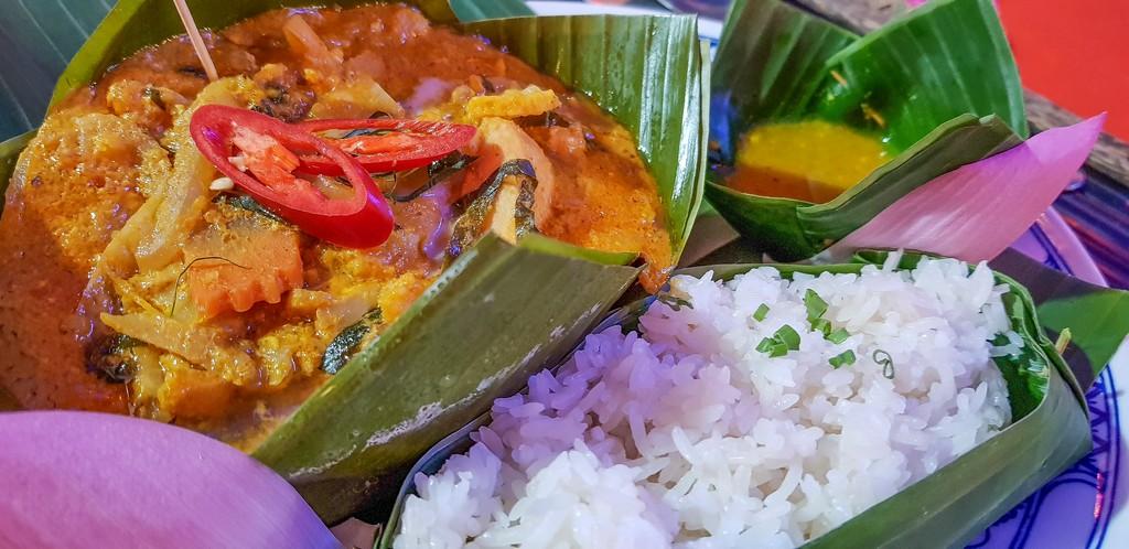 Dove mangiare khmer a Siem Reap Fish Amok servito con riso basmati e salsa di accompagnamento