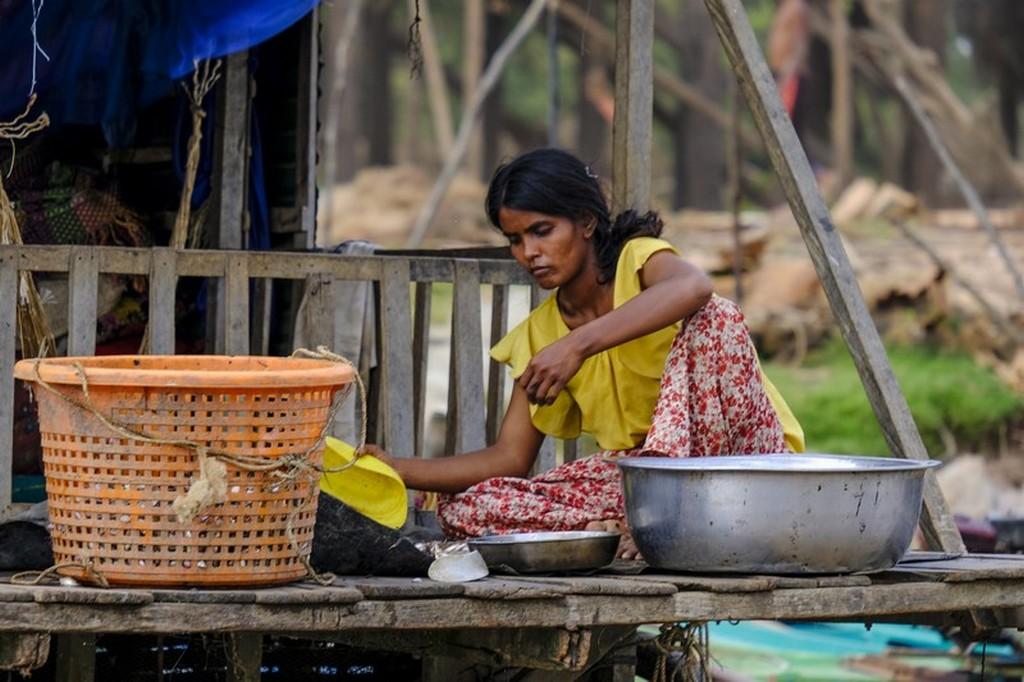 come visitare Kompong Khleang donna lava i panni