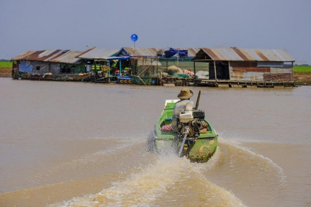 barca naviga sul fiume