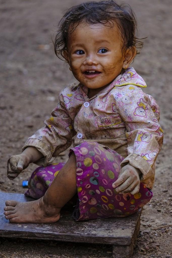 bambina gioca con la terra