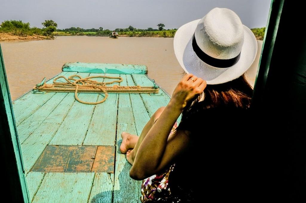 ragazza con cappello guarda il fiume