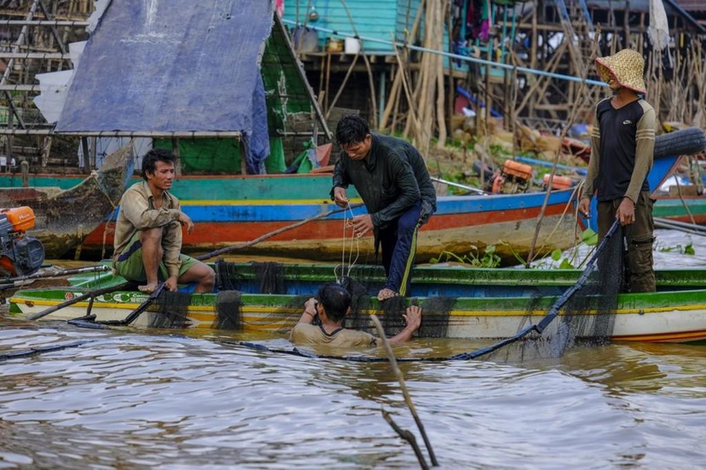 come visitare Kompong Khleang uomini intenti a pescare