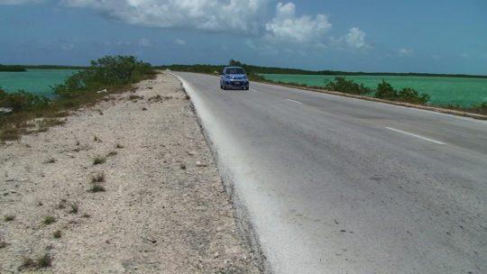 guidare a cuba auto su strada sul mare