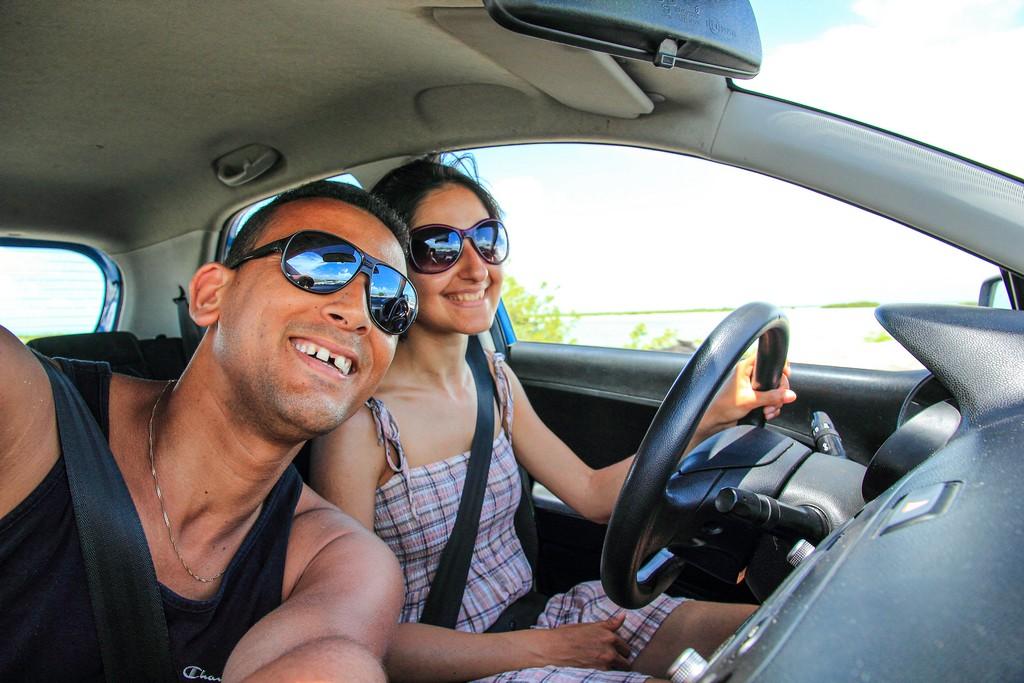 guidare a cuba coppia in auto