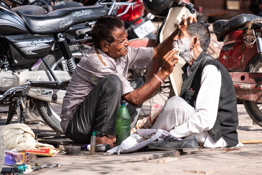 impressioni a caldo barbiere in strada