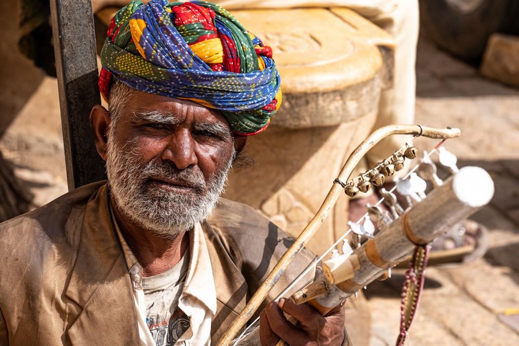 uomo suona in strada