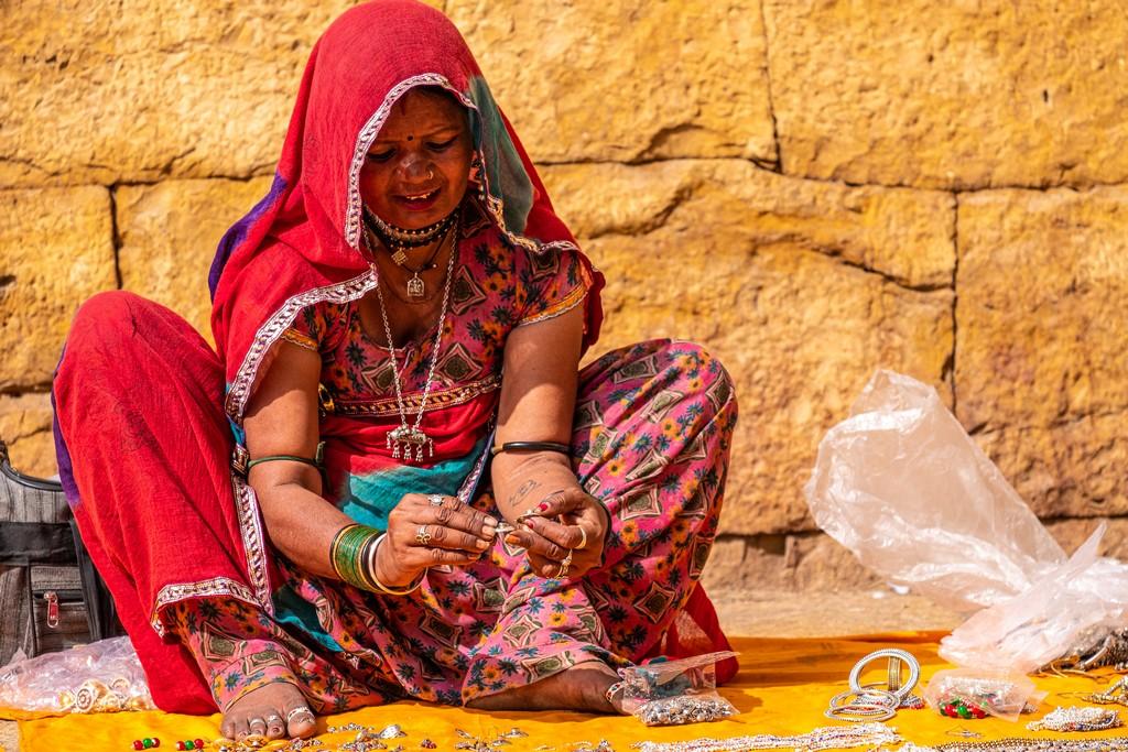 donna prepara i suoi ninnoli per la vendita