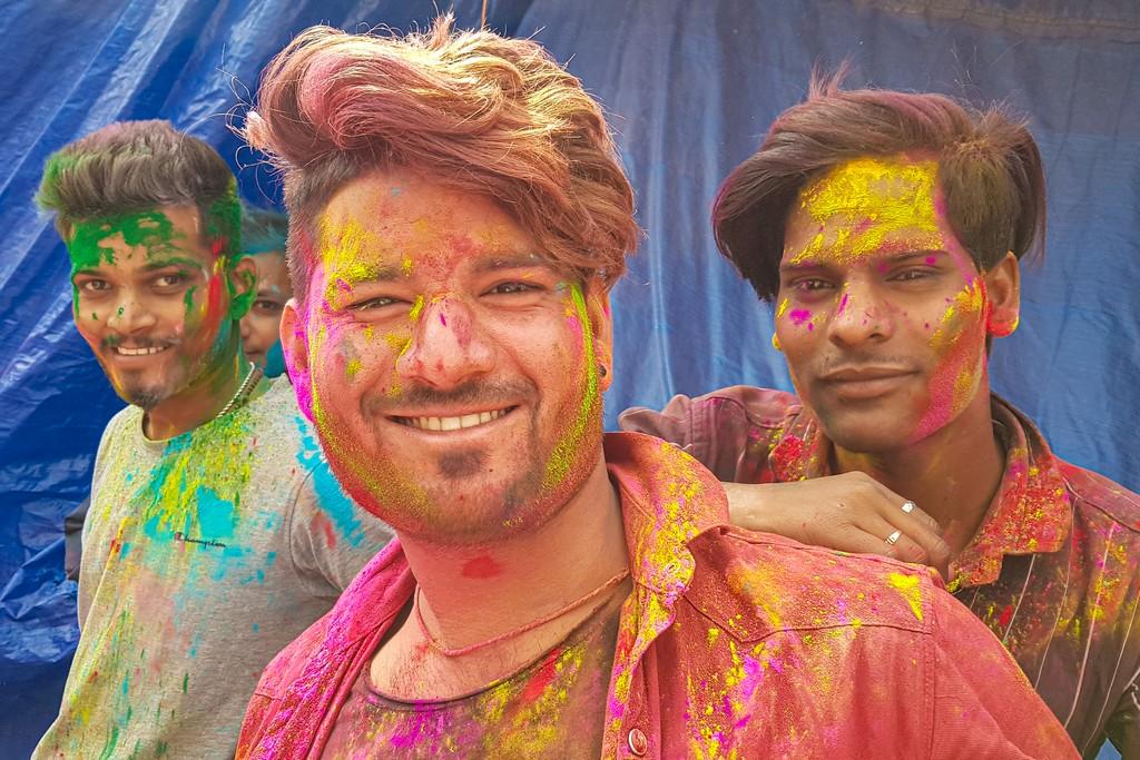 ragazzi con colori Holi