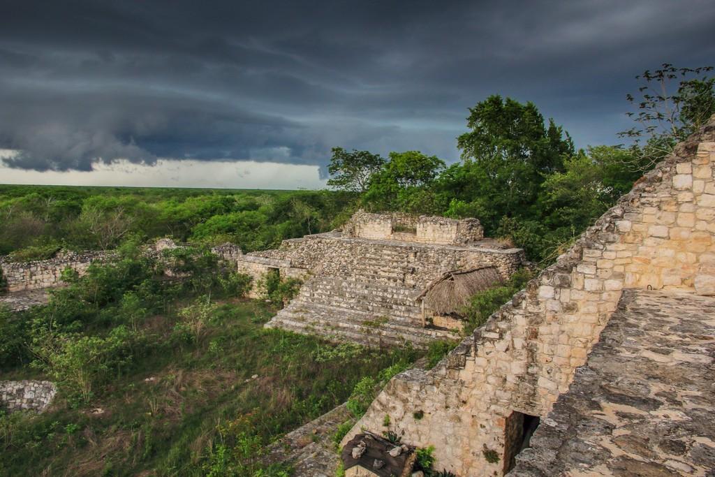 Visita a Ek Balam vista dalla piramide con cielo nero